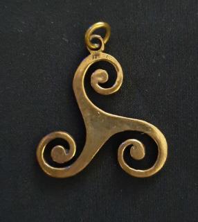 Anhänger - Triskelle Bronze mit Lederband